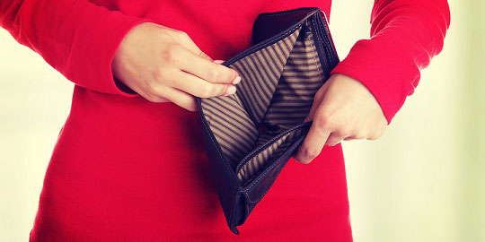 Young woman shows her empty wallet