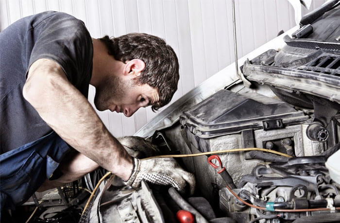Automechanic repairing a car