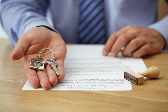 keys in estate agents hand